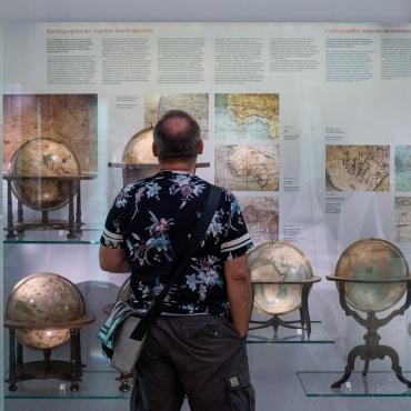 @famiglia_vienna admiring the globes
